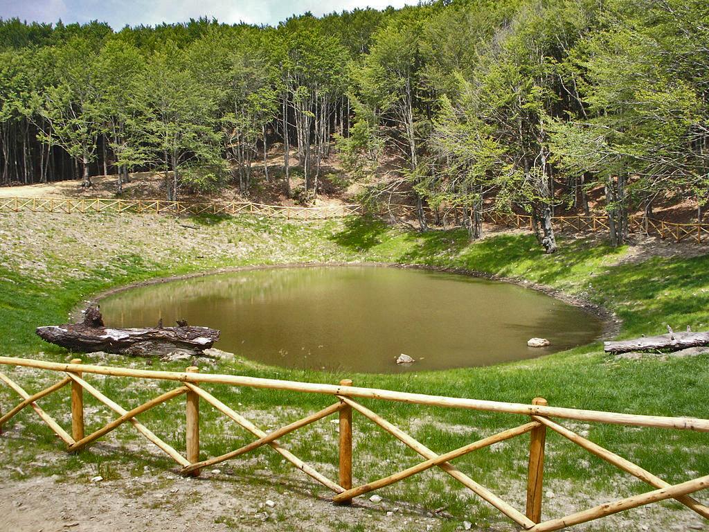 Il lago degli Idoli ripristinato dopo gli scavi. Foto di Matteo Tani (Own work) [Public domain], via Wikimedia Commons