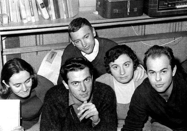 K. Modzelewski, al centro, e J. Kuron, a destra, in una foto scattata durante una perquisizione, mentre lavoravano alla Lettera aperta al Partito Comunista.